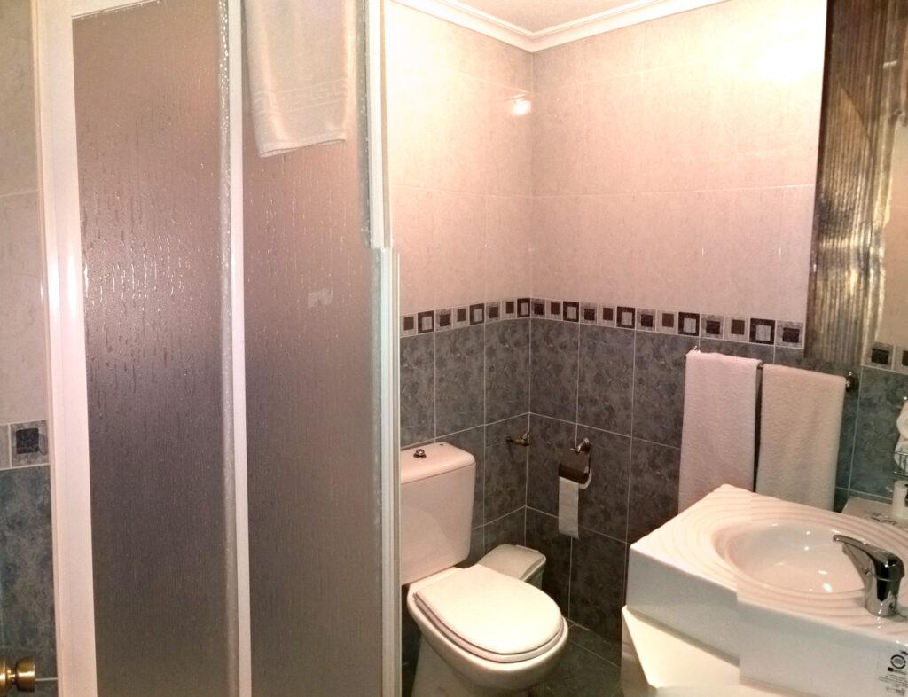 Badezimmer, Zimmer 218, Hostal Cangas de Onis