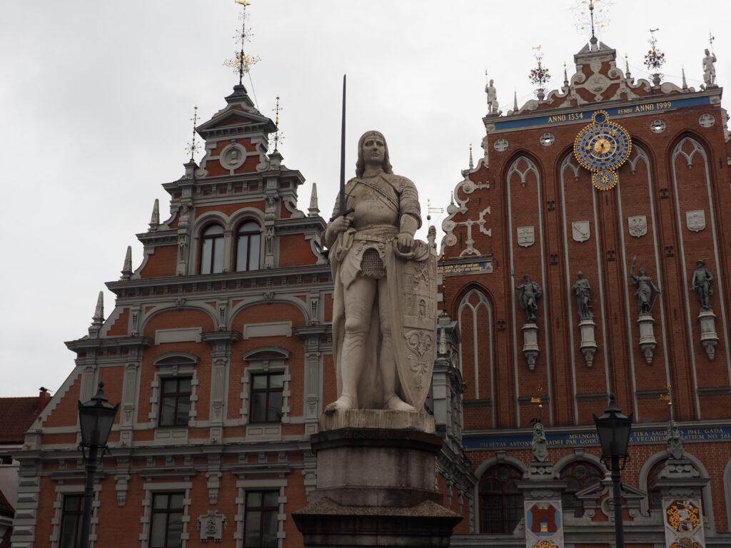 Rolandfigur vor Melngalvju nams (Schwarzhäupterhaus), Riga