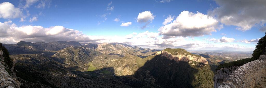 Blick auf die Serra de Tramuntana vom Castell d'Alaró, Mallorca