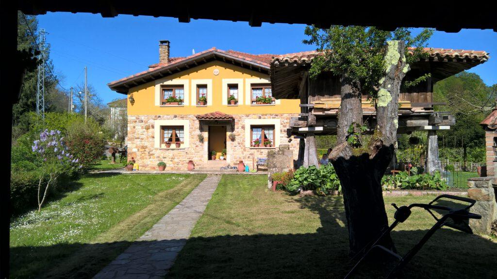 """Horreo im Garten des """"Riosol""""."""