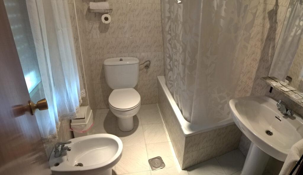 Badezimmer, Zimmer 207, Hostal Cangas de Onis